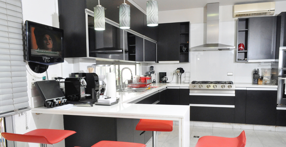 Muebles de cocina en poliuretano bogota for Sillas rojas cocina