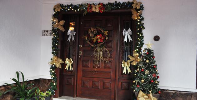 Decorando al estilo tradicional de navidad revistas for Imagenes de arbolitos de navidad adornados