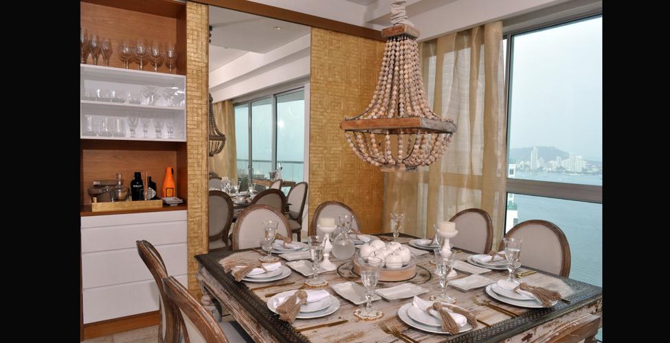 Blanco dorado y fibras naturales revistas for Sillas azules comedor