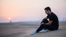"""Guillermo asegura que """"no se puede viajar a Dubái sin ir el desierto"""". Allí puede dar un paseo en camello, visitar las dunas o tomar una taza del tradicional té árabe."""