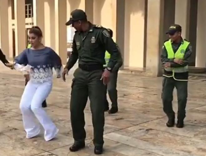 Con la alegría y carisma que le caracteriza, la presentadora Andrea Jaramillo Char puso a bailar a un grupo de policías que se encontraban en la Feria de Cali.  La barranquillera demostró que también tiene dotes de bailarina al estilo de los caleños. En Instagram subió el video donde se robó el 'show' bailando con los uniformados.